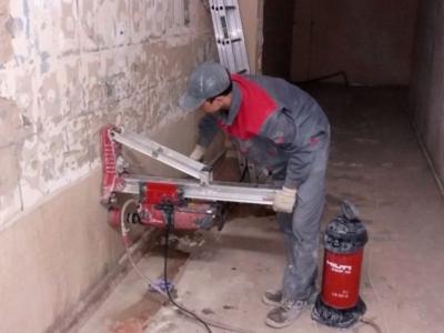 Отверстие в бетонной стене